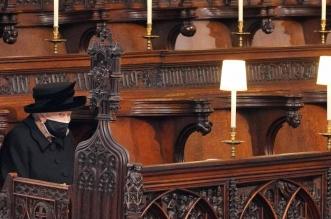 الملكة إليزابيث تودع جثمان زوجها الأمير هنري وحيدة