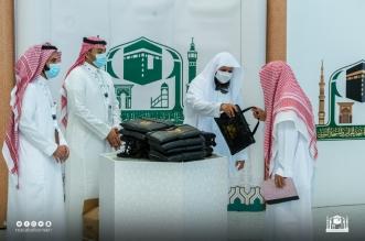 توزيع هدايا على قاصدي بيت الله الحرام - المواطن