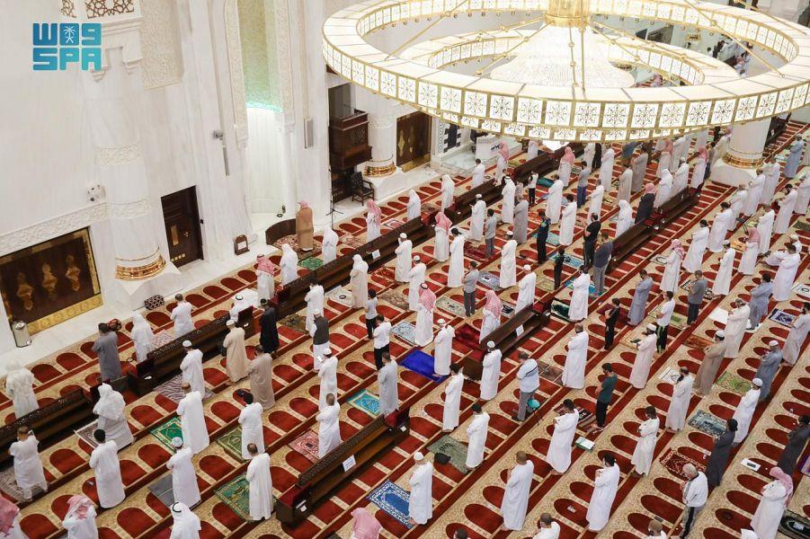 صورة الشؤون الإسلامية: استمرار التباعد بين المصلين وتطبيق الإجراءات الاحترازية
