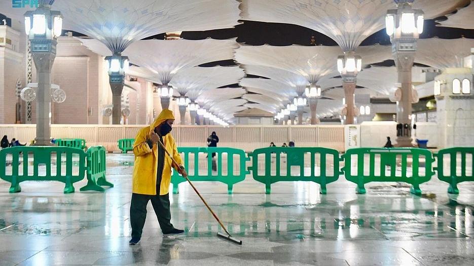 رئاسة المسجد النبوي تكثف جهودها لإزالة آثار الأمطار