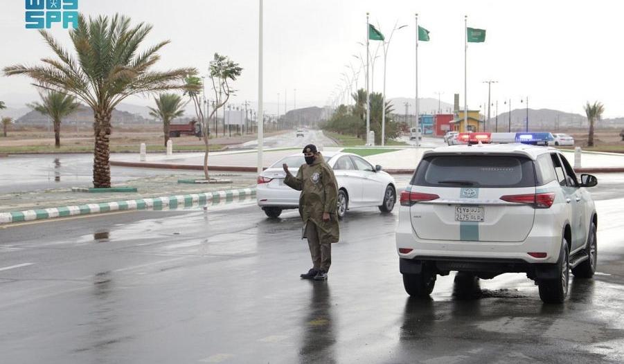رجال المرور ينظمون الحركة في الباحة تحت زخات المطر