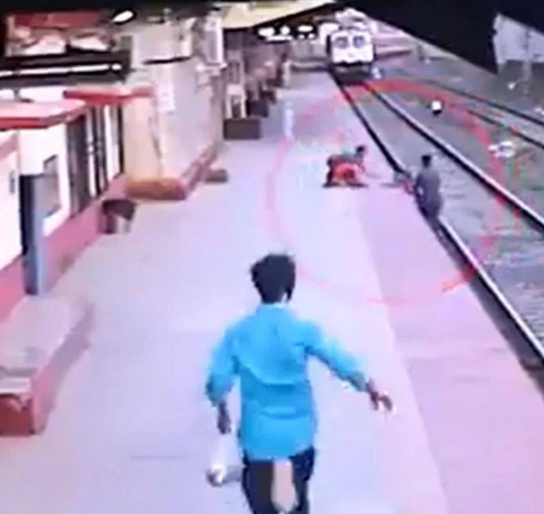 رجل يخاطر بحياته لإنقاذ طفل أفلت من يد أمه الضريرة (4)