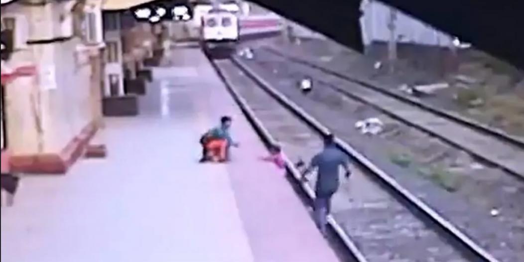 فيديو.. رجل يخاطر بحياته لإنقاذ طفل أفلت من يد أمه الضريرة