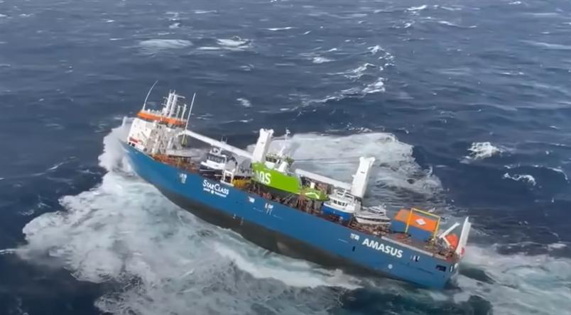 فيديو مرعب .. الأمواج تتقاذف سفينة شحن هولندية محملة بالنفط