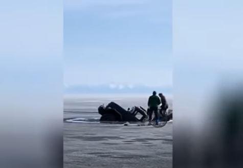 فيديو.. بحيرة متجمدة تنشق وتبتلع شاحنة في روسيا