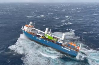 فيديو.. شاهد سفينة شحن تتقاذفها الأمواج بشكل مرعب (1)