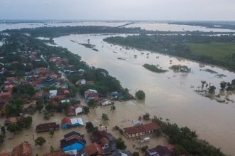 فيديو.. فيضانات وانهيارات أرضية في إندونيسيا