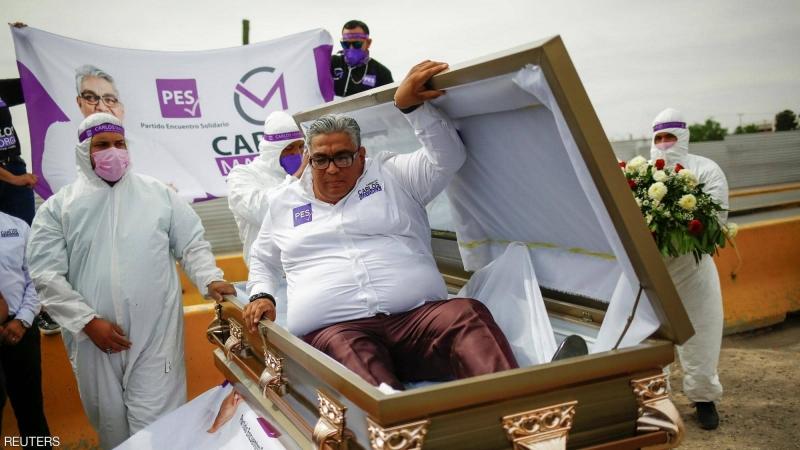 مرشح يروج لبرنامجه الانتخابي من داخل نعش ! (1)