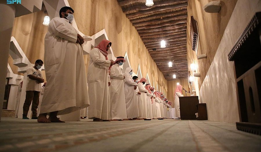 مسجد التويم المبني في القرن الثامن الهجري يستقبل المصلين