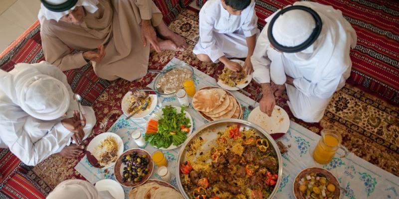موائد رمضان في الرياض تواصل اجتماعي مميز وتنوع غذائي لا يتكرر