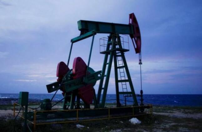أسعار النفط تتراجع اليوم وبرنت ينخفض 48 سنتًا