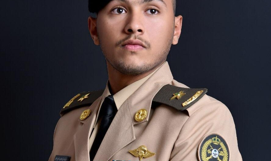 يزيد حيدر يحتفل بتخرجه برتبة ملازم مظلي