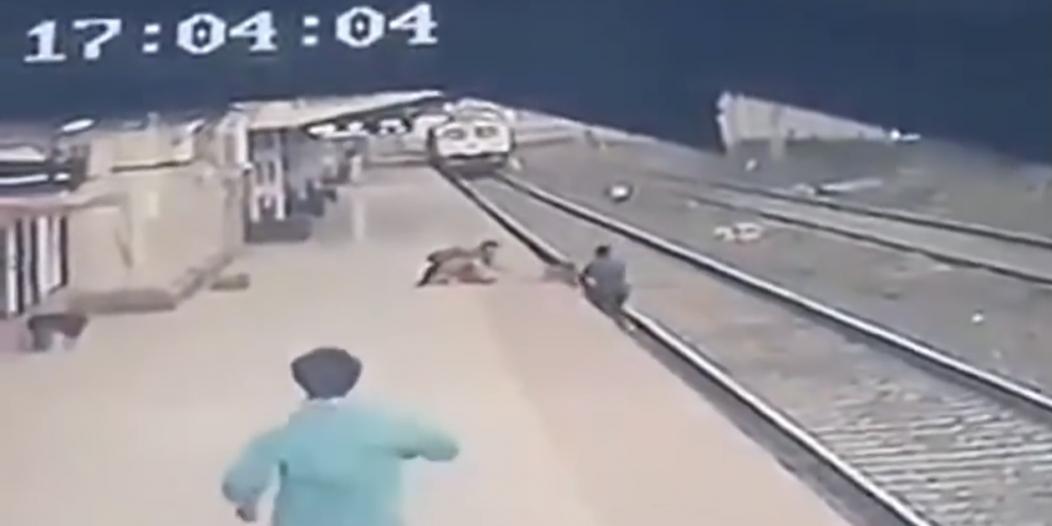 موظف يخاطر بحياته وينتشل طفلًا من سكة قطارٍ مسرع