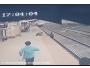 موظف يخاطر بحياته وينتشل طفلًا من سكة قطارٍ مسرع - المواطن