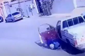 شاهد.. سائق يلقي بنفسه خارج سيارته قبل اصطدامها بأخرى - المواطن