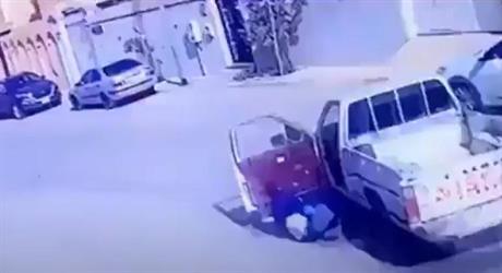 شاهد.. سائق يلقي بنفسه خارج سيارته قبل اصطدامها بأخرى