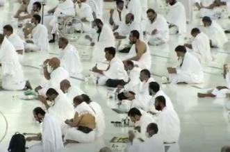 لقطات من إفطار المعتمرين والمصلين في المسجد الحرام يوم 16 رمضان - المواطن