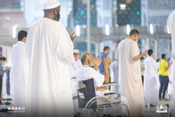 المصلون يؤدون صلاة التراويح ليلة 18 رمضان بالمسجد الحرام - المواطن
