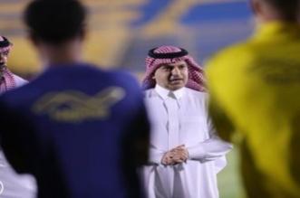مسلي آل معمر مع لاعبي النصر