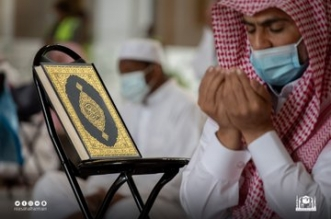 حكايتهم في صورة.. مصحف وسجاد ودعاء في أطهر البقاع - المواطن