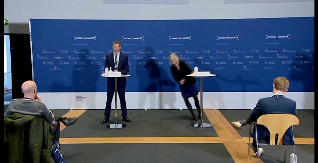 شاهد.. رئيسة وكالة الأدوية الدنماركية تفقد وعيها خلال مؤتمر صحافي