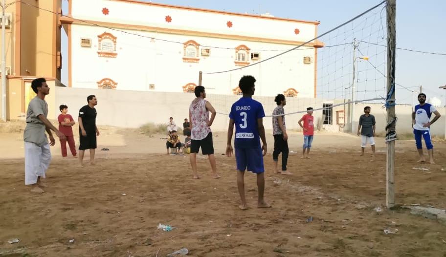 علاقة خاصة تجمع شباب صامطة والكرة الطائرة في رمضان