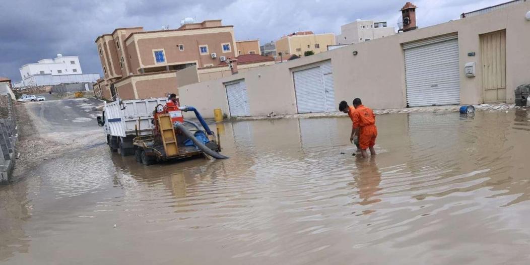 سحب وتصريف 10 آلاف طن من مياه الأمطار بخميس مشيط