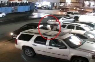 بالفيديو.. لص يسرق سيارة في وضع التشغيل بالرياض - المواطن