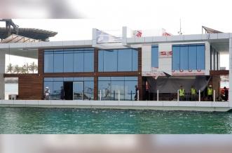 إنزال أول بيت عائم في الإمارات إلى الماء !