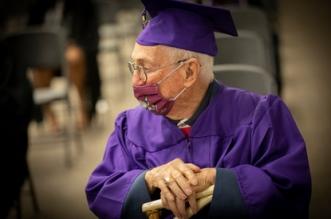 الأمريكي بيل غوسيت ينال شهادة جامعية في عمر 97 عامًا !