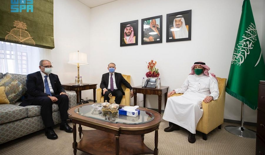 الخريجي يستعرض العلاقات الثنائية مع مساعد وزير الخارجية المصري