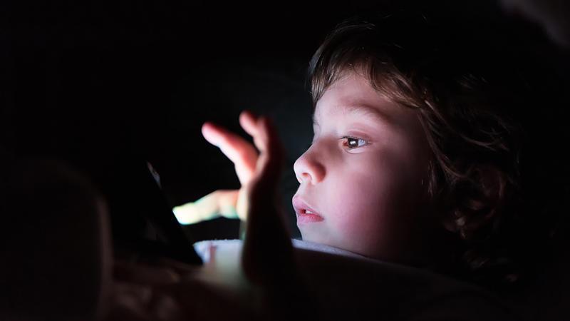 استشاري يحذر من خطورة السهر على الأطفال في العيد
