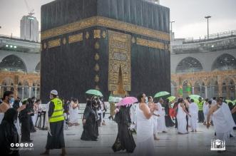 المعتمرون يواصلون عباداتهم تحت زخات المطر الغزيرة - المواطن