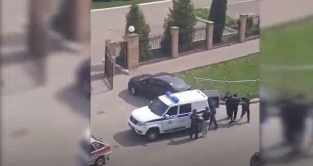 لحظة ضبط مراهق قتل 9 وأصاب 21 بمدرسة في قازان الروسية