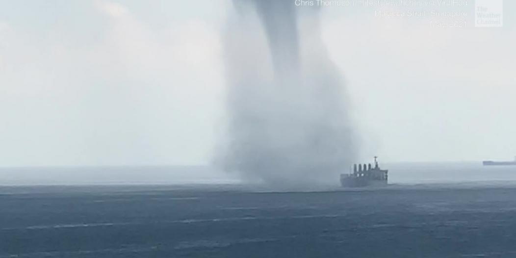 شاهد.. إعصار كاد يفتك بسفينة صيد وطاقمها