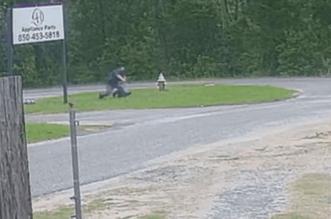 شاهد طفلة بقلب من حديد تقاتل مهاجمًا حاول اختطافها