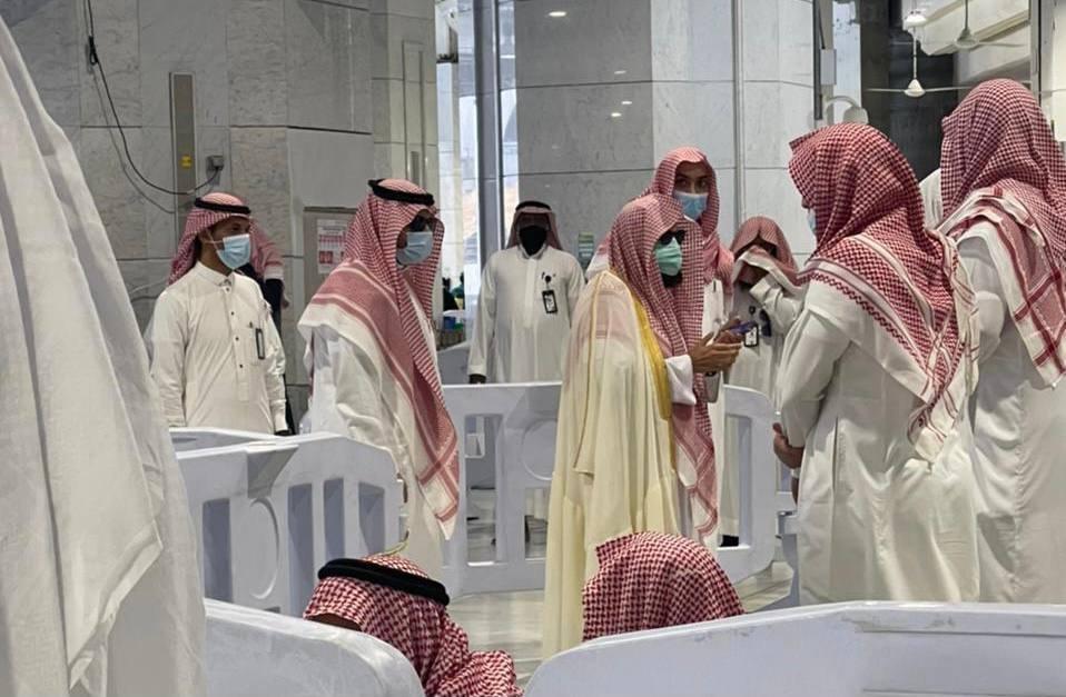 أئمة المسجد الحرام يؤدون صلاة الميت على الشيخ عبدالرحمن العجلان - المواطن