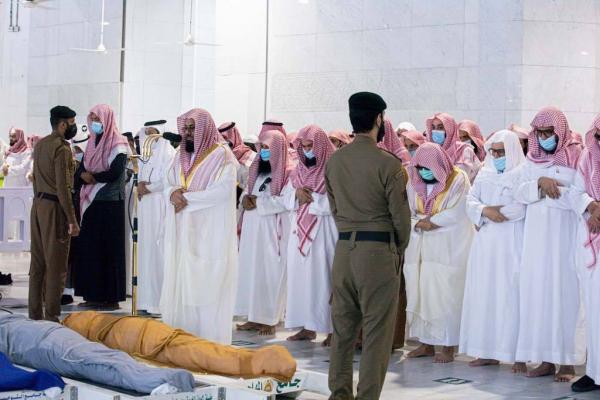أئمة المسجد الحرام يؤدون صلاة الميت على الشيخ عبدالرحمن العجلان