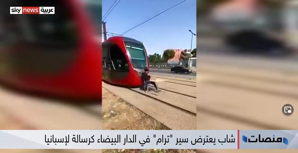 """شاب مغربي يعترض """"الترام"""" وينجو بأعجوبة في الدار البيضاء"""