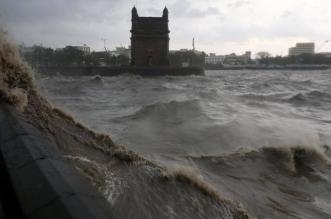 غرق سفينة وانحراف أخرى بسبب إعصار الهند (4)