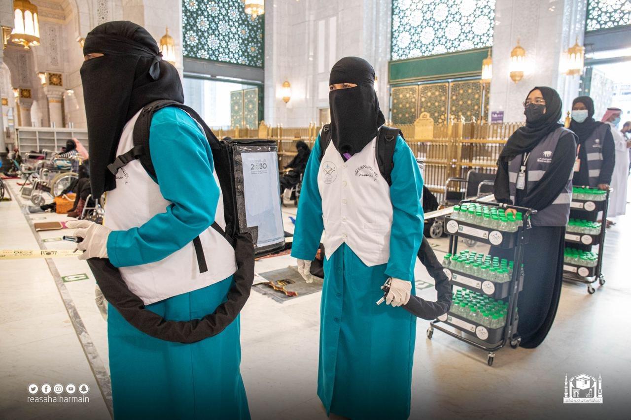 توزيع 70 ألف عبوة ماء زمزم على مصليات النساء في المسجد الحرام - المواطن