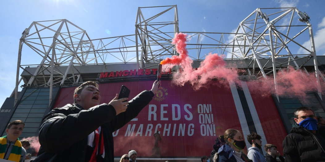 تأجيل مباراة مانشستر يونايتد وليفربول بسبب الشغب