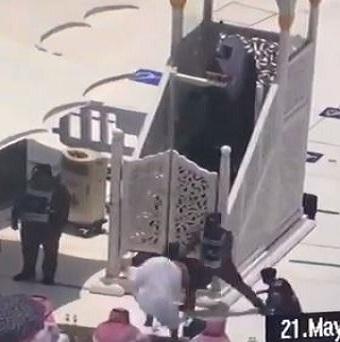 إيقاف شخص حاول الصعود على منبر الحرم المكي أثناء خطبة الجمعة