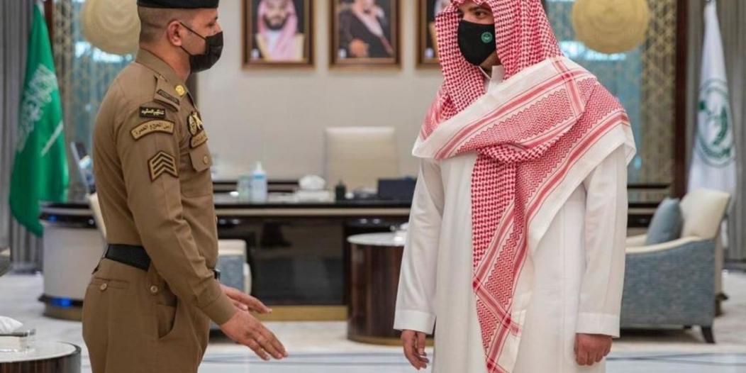 وزير الداخلية يستقبل محمد الزهراني المتصدي لمعتدي منبر الحرم المكي