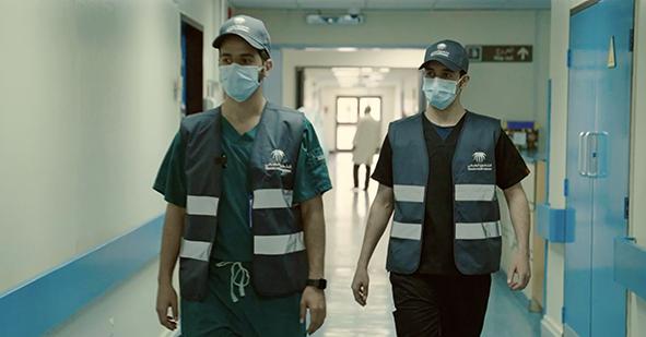 وليد وعبدالله متطوعان للرعاية الصحية في رحلة عطاء دون انتظار العائد