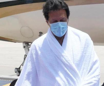 رئيس وزراء باكستان يؤدي مناسك العمرة