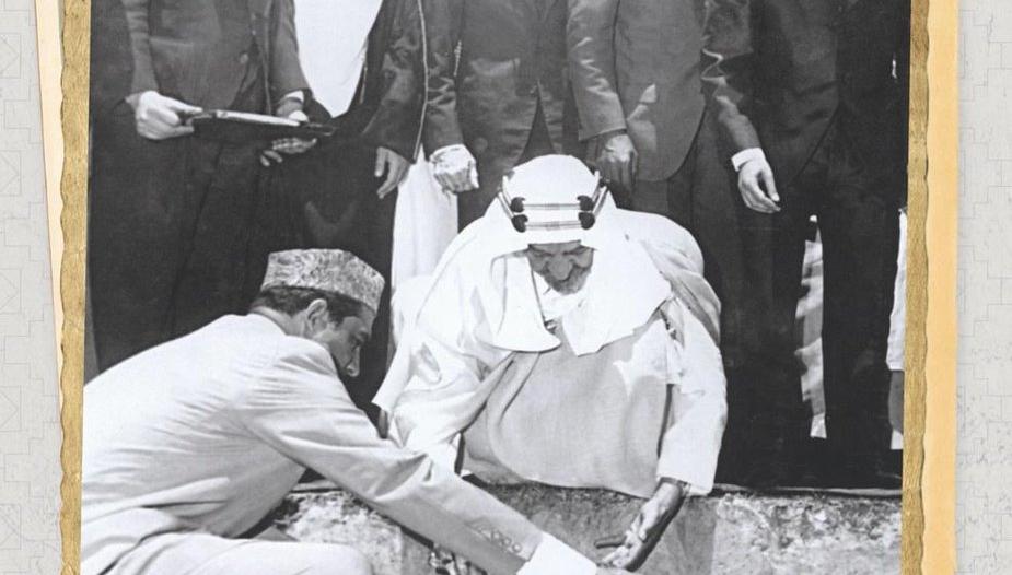 صورة تاريخية.. الملك فيصل يضع حجر الأساس لمسجده في إسلام آباد قبل 55 عاماً