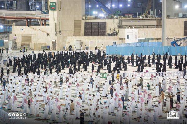 المصلون يؤدون صلاة التهجد ليلة 25 رمضان بالمسجد الحرام - المواطن
