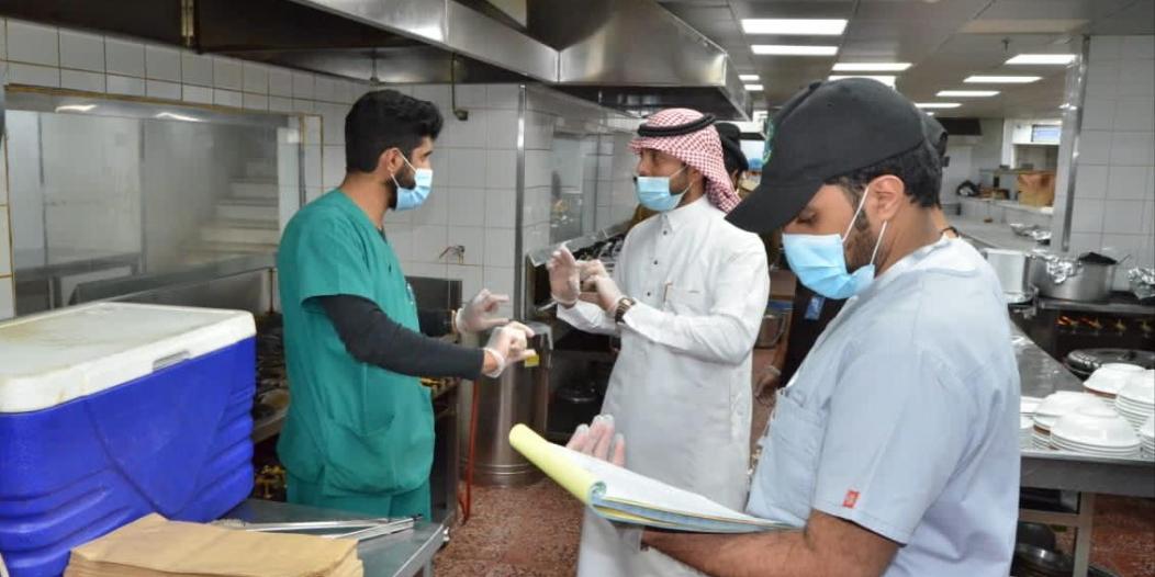 إغلاق 74 منشأة في خميس مشيط وإتلاف أكثر من طن أغذية فاسدة