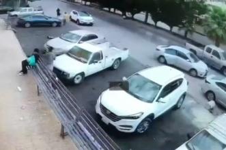 لحظة سرقة جوال من يد امرأة مسنة في العاصمة الرياض - المواطن